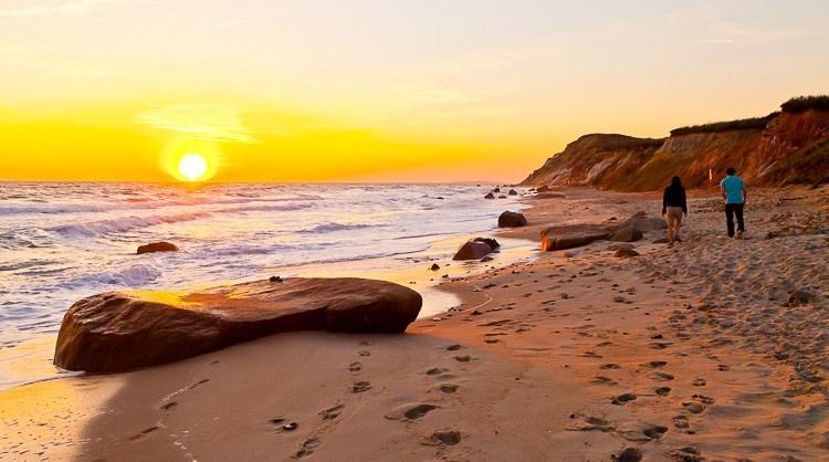 На этом фото большой камень на переднем плане, шаги на песке и люди добавляют интерес к фотографии.