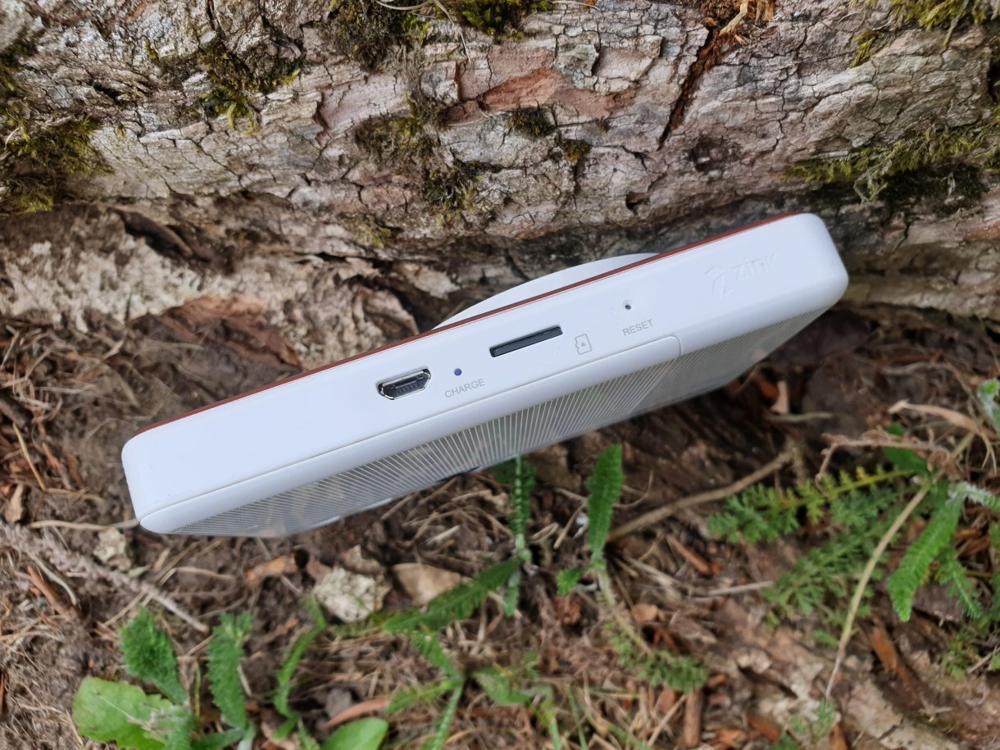 К сожалению, на нижней стороне Canon Zoemini S нет штативной резьбы, но у вас есть порт для зарядки microUSB и слот для карты microSD
