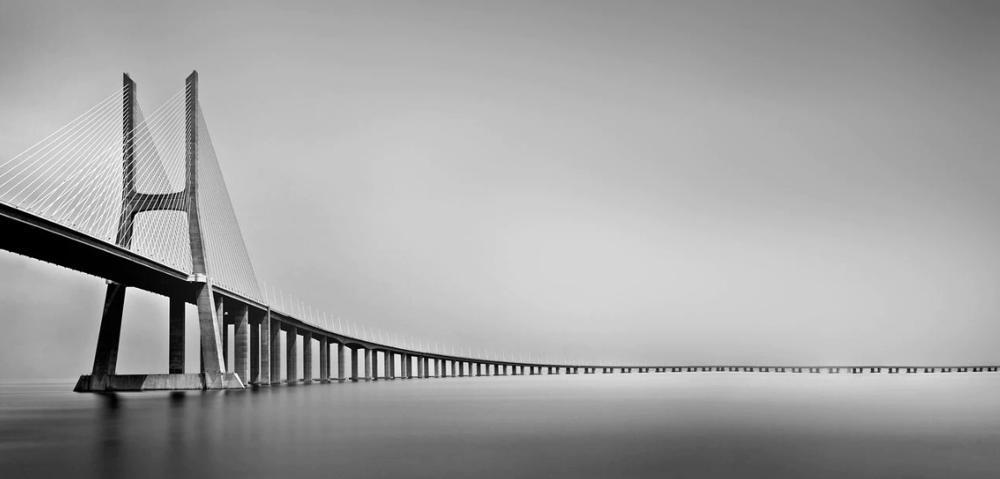 Мост Васко де Гама в Лиссабоне, Португалия. Тененбаум использовала 13-стоповый фильтр нейтральной плотности при f/11 и 11-минутную выдержку, чтобы уловить это. Фото Шарон Тененбаум