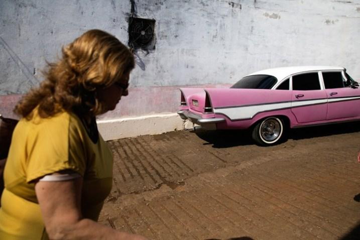 В тот день на улицах Гаваны было очень жарко. Итак, я использовал резкий свет, чтобы вызвать это чувство.