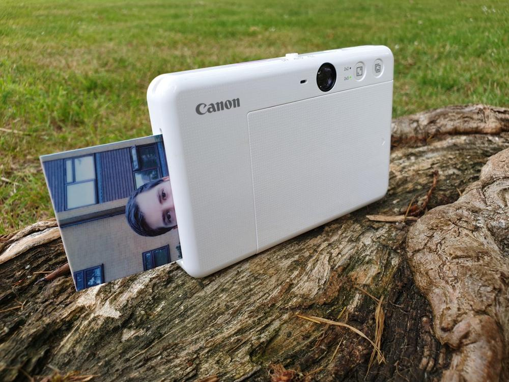 Печать каждого отпечатка занимает около 30 секунд, но снимки полностью готовы сразу после выхода из камеры - вам не придется ждать, пока ваши снимки проявятся, как это происходит с отпечатками Instax или Polaroid.