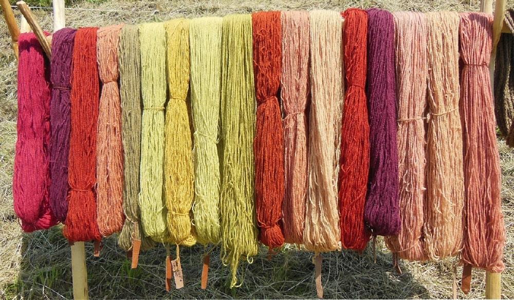 Шерстянные нитки тонального цвета