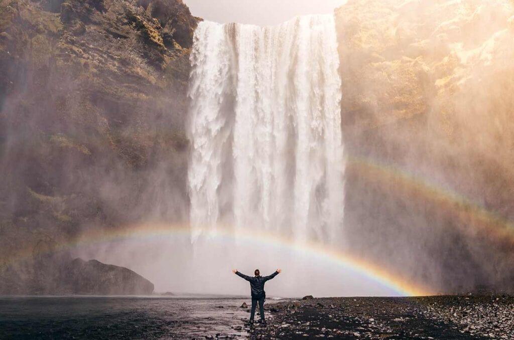 Человек возле водопада