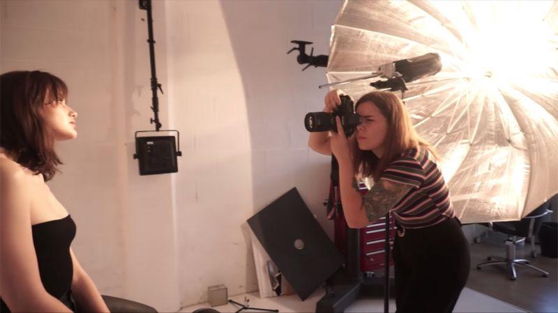 Использование зонтика во время фотосессии